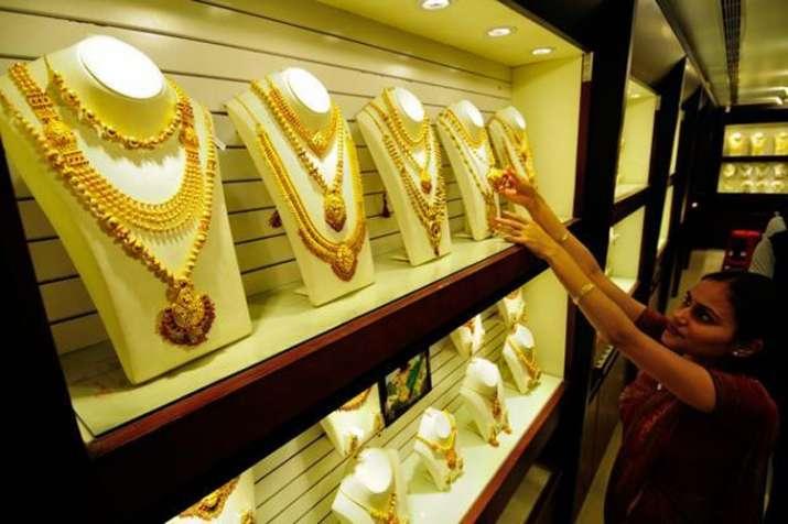 Gold price falls below Rs 32000 on weak demand- India TV Paisa