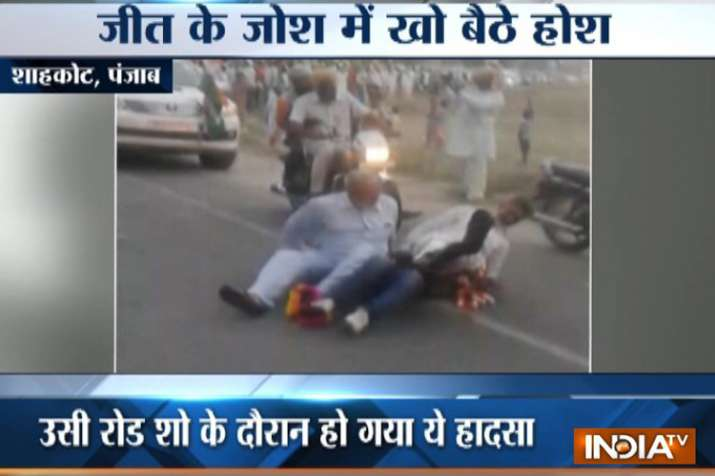 Video: Congress leader falls from moving car during roadshow in Punjab's Shahkot- India TV