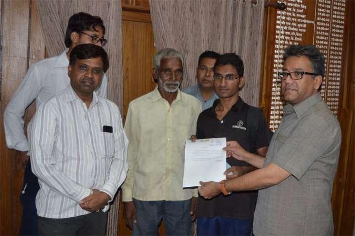 CM Shivraj Singh Chouhan helps a ragpicker's son who cleared AIIMS Exam | Twitter- India TV