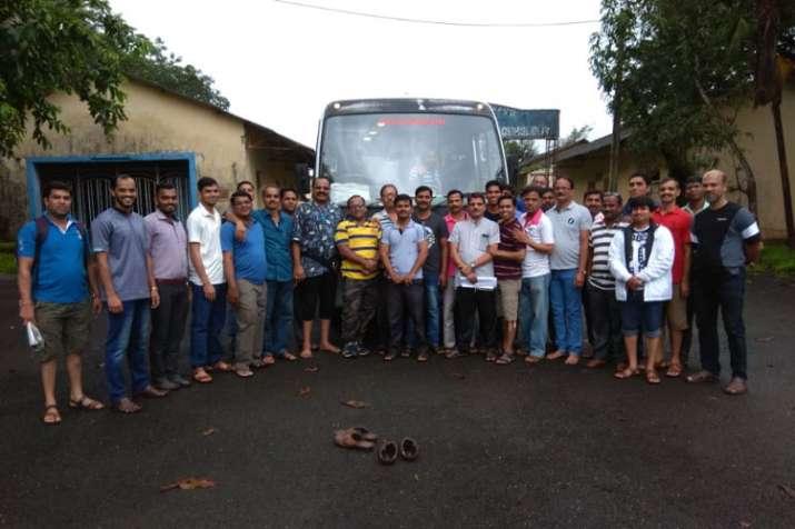 महाराष्ट्र के रायगढ़ जिल में शनिवार को एक बस गहरी खाई में गिर गई- India TV