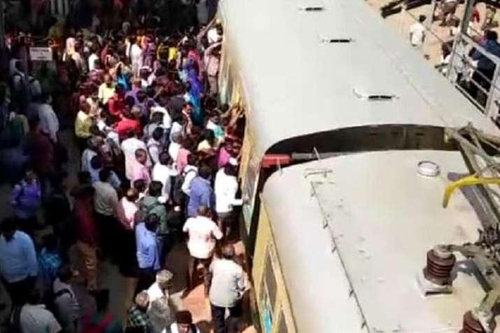 ट्रेन के पायदान पर यात्रा कर रहे 5 यात्रियों की दीवार से टकराकर मौत- India TV