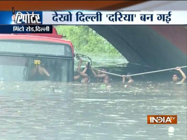 रस्सी के सहारे बस से...- India TV