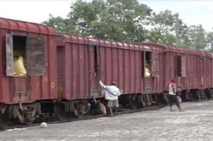 मालगाड़ी का खाद भरा डिब्बा चार साल में पहुंचा आंध्र प्रदेश से उत्तर प्रदेश- India TV