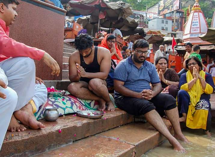 Relatives immerse ashes of the family members who...- India TV