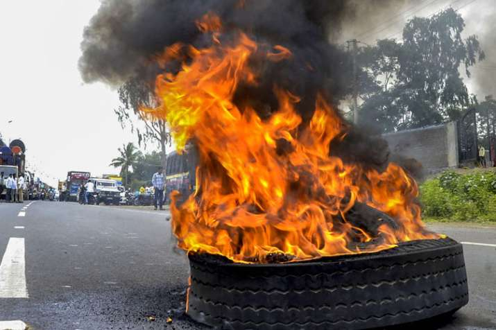 Maratha Kranti Morcha activists burn a tyre to stop...- India TV