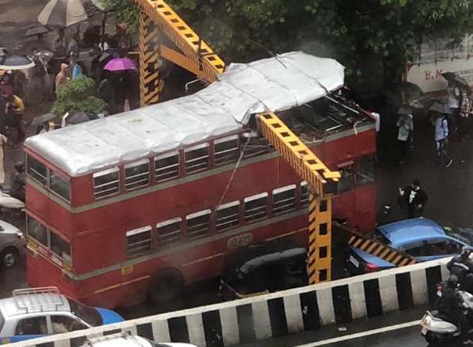 हादसों का शहर मुंबई में दो और हादसे, डबलडेकर बस ओवरहेड रेलिंग से टकराई, मीरा रोड रेलवे स्टेशन पर रिज- India TV