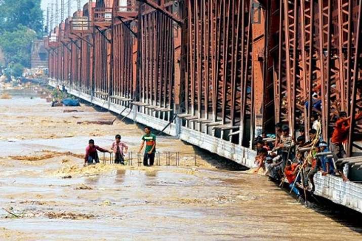 दिल्ली में यमुना खतरे के निशान के पार, निचले इलाकों में बाढ़ का खतरा- India TV