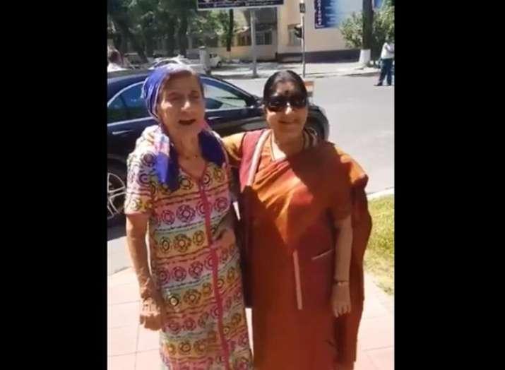 Image result for उज्बेकिस्तान दौरे में बॉलीवुड की खास फैन से मिलीं सुषमा स्वराज, गाया यह गाना