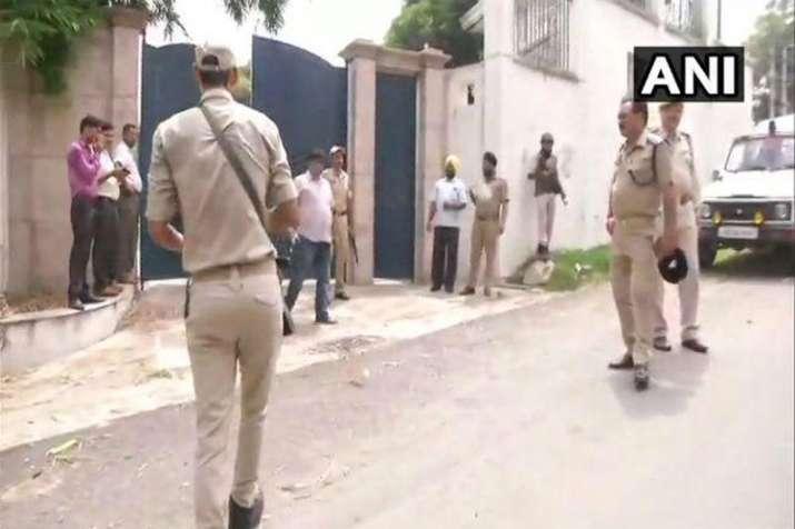 जम्मू-कश्मीर के पूर्व मुख्यमंत्री फारूक अब्दुल्ला के घर घुसा घुसपैठिया, सुरक्षाबलों ने मारी गोली- Khabar IndiaTV