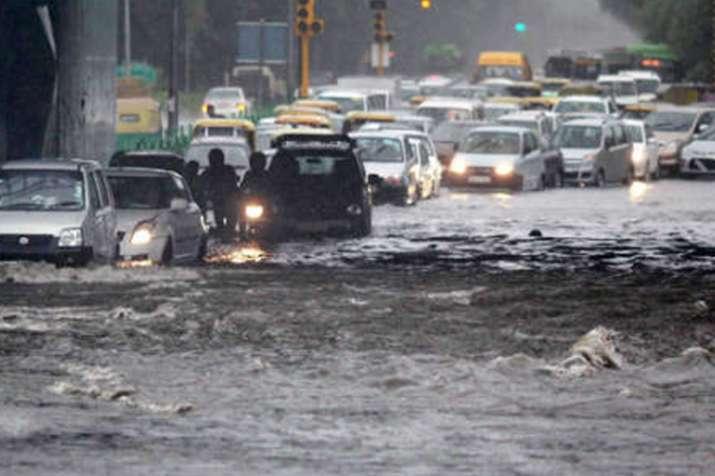 दिल्ली-एनसीआर में भारी बारिश, कई जगहों पर जलजमाव, सड़कों पर फंसे लोग- India TV