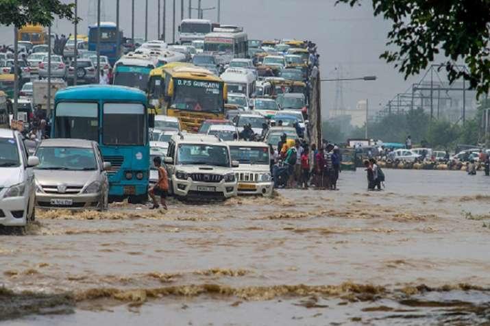 दिल्ली में टूट गया 10 सालों का रिकॉर्ड, आज भी भारी बारिश का अलर्ट- India TV
