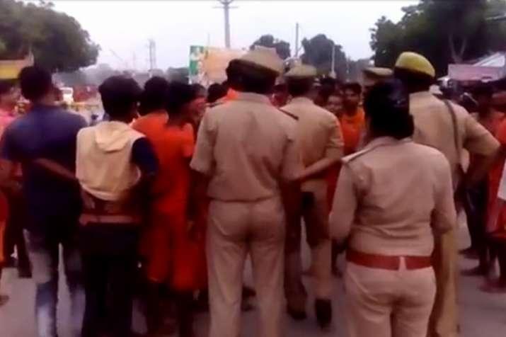 सड़क हादसे में कांवड़िए की मौत पर हंगामा, ट्रक को किया आग के हवाले- India TV