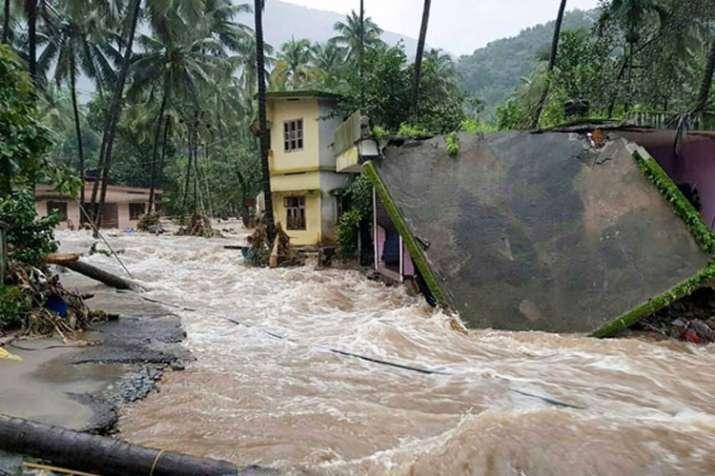 केरल में रेड अलर्ट जारी, बाढ़ से मरने वालों की संख्या 67 हुई, कोचीन हवाईअड्डा शनिवार तक बंद- India TV