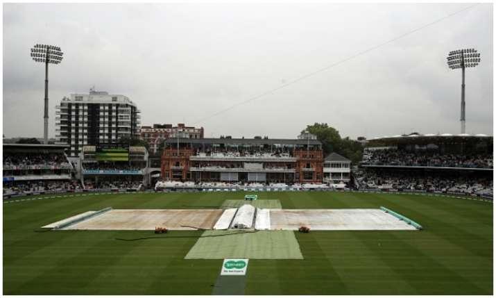 बारिश के कारण पिच को...- India TV