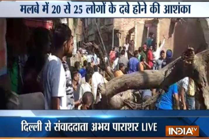 दिल्ली के मॉडल टाउन इलाके में बिल्डिंग गिरी, 20-25 लोगों के दबे होने की आशंका- India TV