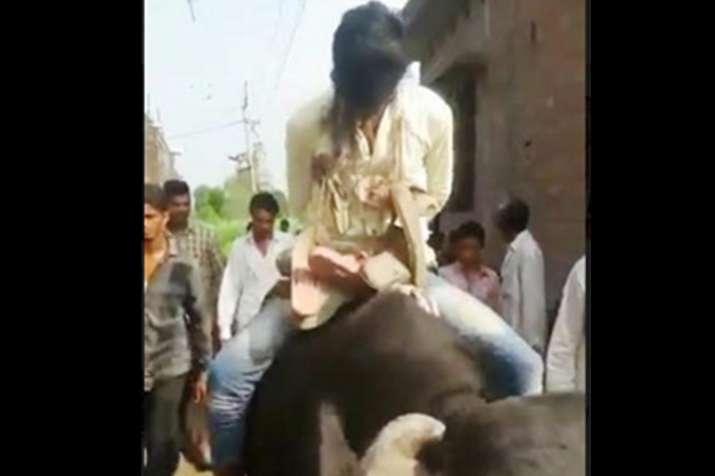 उत्तर प्रदेश में कुकर्म के आरोपी का मुंह काला कर भैंसे पर घुमाया- India TV