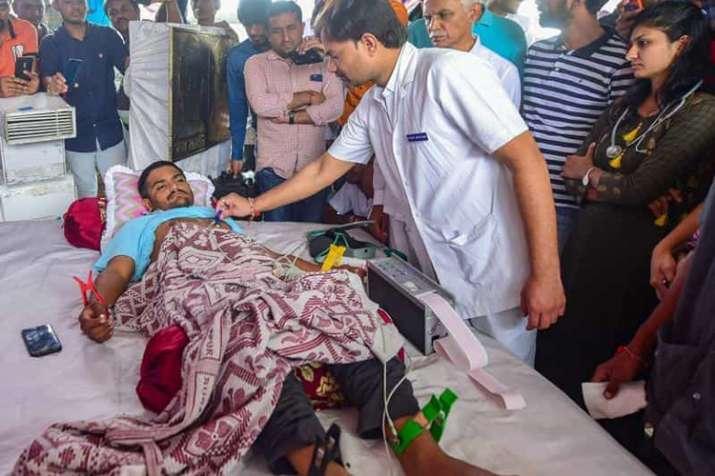 अनशन पर बैठे हार्दिक पटेल को आखिरकार गुजरात सरकार ने मनाने का प्रयास शुरू किया- India TV