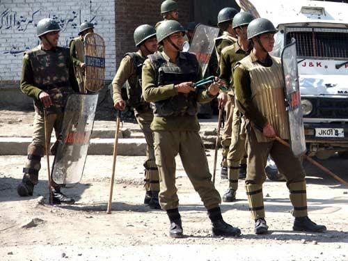 श्रीनगर में विधायक का सुरक्षाकर्मी पांच AK-47 सहित नौ राइफल लेकर फरार, सर्च ऑपरेशन जारी- India TV