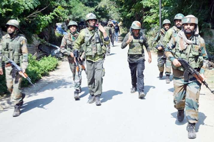 जम्मू-कश्मीर के शोपियां में संदिग्ध आतंकियों ने 4 पुलिस कर्मियों को किया अगवा- India TV