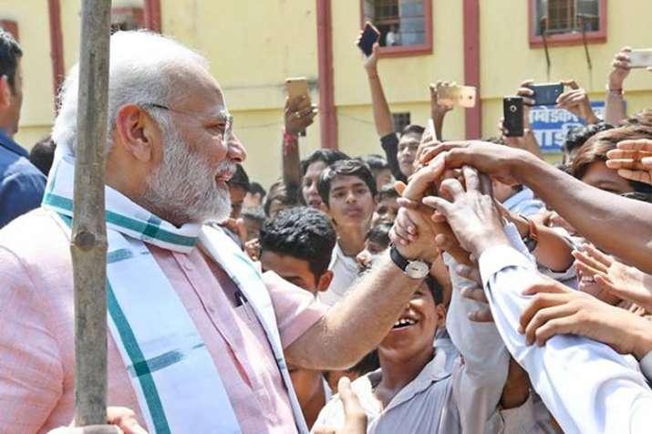 स्कूली बच्चों के बीच प्रधानमंत्री मोदी | Facebook- India TV