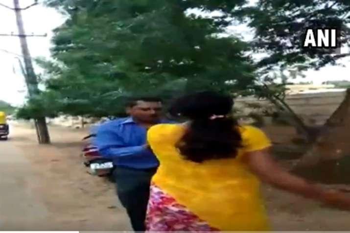 Bank Manager Thrashed- India TV