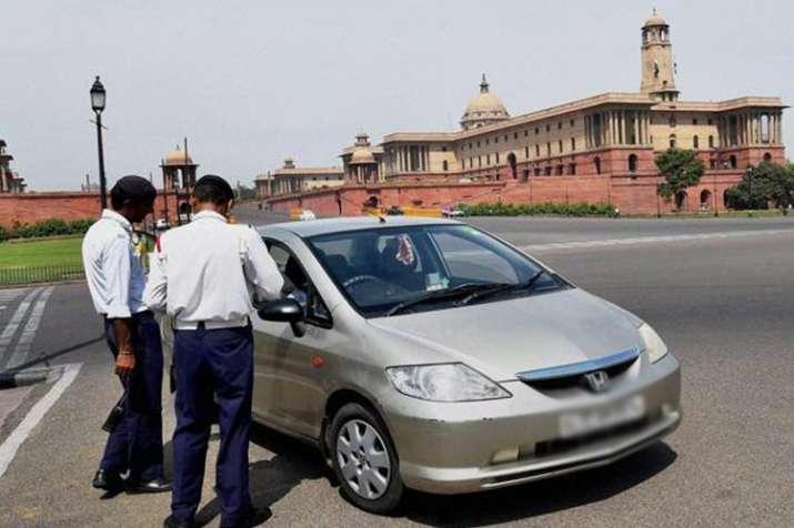 दिल्ली में वायु प्रदूषण फैलाने पर दस हजार से अधिक गाड़ियों पर कार्रवाई - India TV