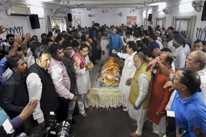 People pay their last respects to the mortal remains of...- India TV