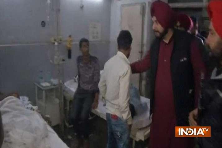 Amritsar Train Accident: घायलों से मिलने अस्पताल पहुंचे नवजोत सिंह सिद्धू, किया पत्नी का बचाव- India TV