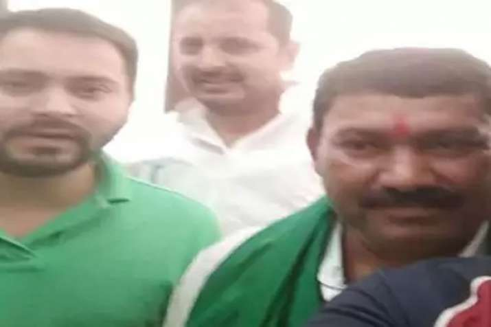 Viral photo of Tejaswi with Gangster- India TV