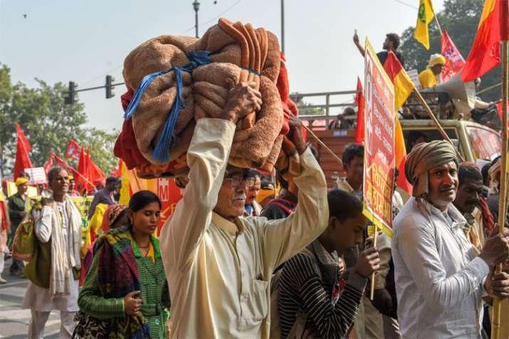 AIKSCC members and farmers begin their march from Ramlila Maidan towards Parliament- India TV