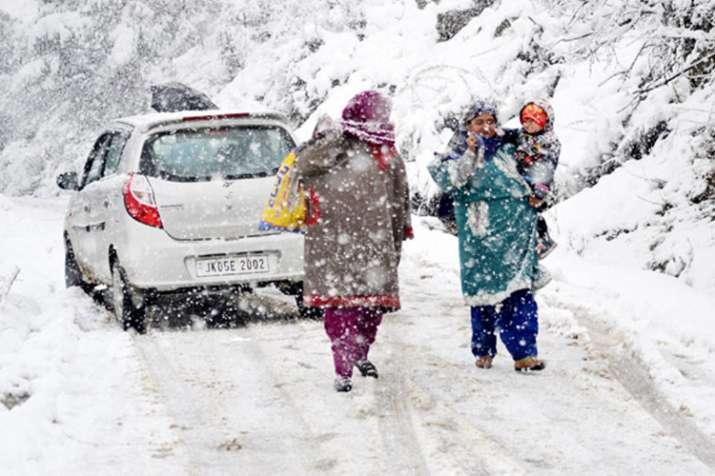 जम्मू एवं कश्मीर के ऊपरी इलाकों में बर्फबारी, पर्यटक बेहद खुश- India TV