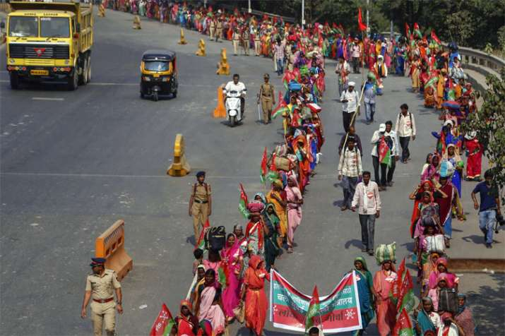 20,000 farmers march from Thane to Mumbai demanding drought compensation | PTI- India TV