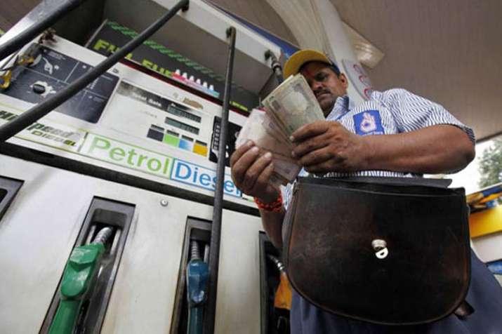फिर कम हुए तेल के दाम, आज इस कीमत पर मिल रहा है पेट्रोल और डीजल- India TV Paisa