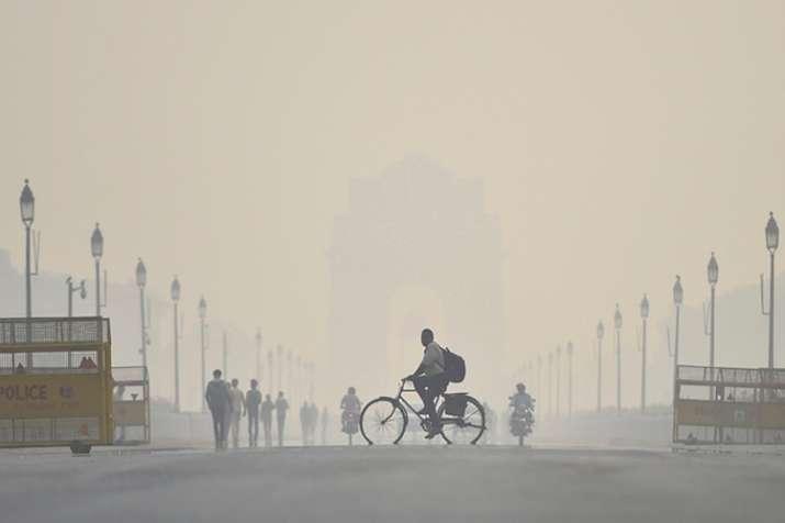 दीपावली के दिन धुंध भरी सुबह से हुआ दिल्लीवासियों का सामना, भारी वाहनों के प्रवेश पर लग सकती है पाबं- India TV