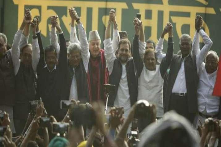 Rahul Gandhi and Arvind Kejriwal joins hands at Kisan March in Delhi- India TV