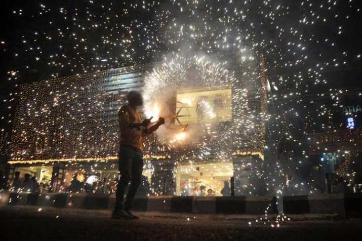 सिंगापुर में दीपावली पर पटाखे जलाना पड़ा महंगा, भारतीय मूल के चार लोगों पर मामला दर्ज - India TV