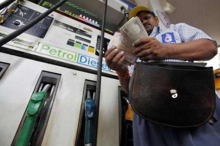 पेट्रोल, डीजल की कीमतों में लगातार तीसरे दिन गिरावट जारी, ये हैं आज की कीमतें- India TV Paisa