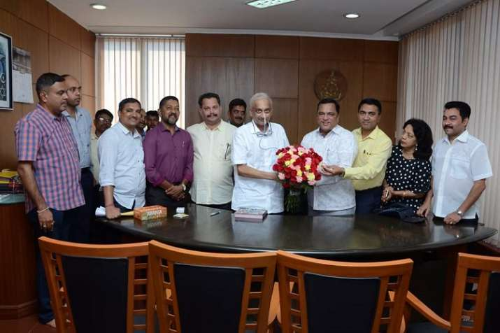 Chief Minister Manohar Parrikar held meeting with his...- India TV