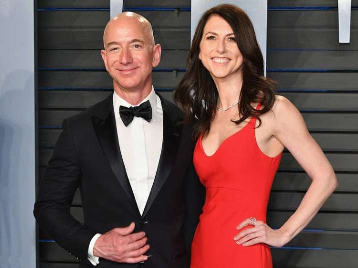 jeff bezos and wife- India TV Paisa