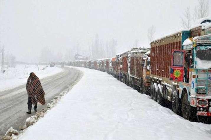 कश्मीर में ताजा बर्फबारी, जम्मू-श्रीनगर राजमार्ग लगातार पांचवें दिन भी बंद- India TV