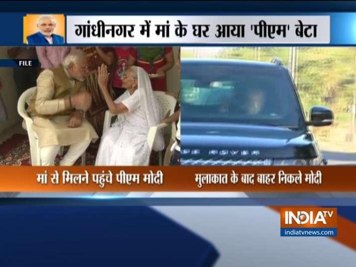 गांधीनगर में मां से मिले पीएम मोदी, करीब तीस मिनट रहे साथ- India TV