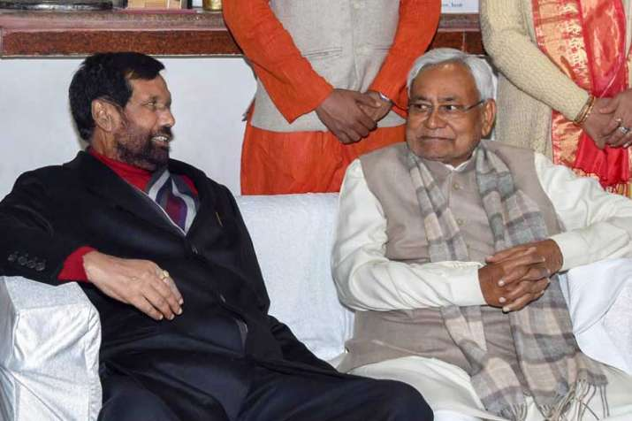 Bihar Chief Minister Nitish Kumar with Union minister...- India TV