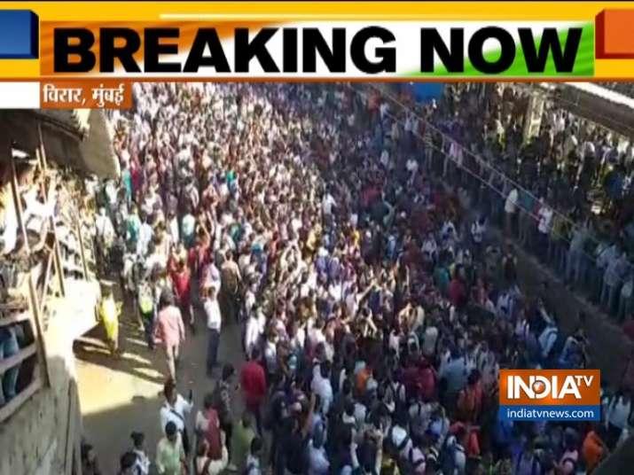 पुलवामा आतंकी हमले के विरोध में मुंबई में रोकी गई लोकल ट्रेन, लगाए पाकिस्तान मुर्दाबाद के नारे- India TV