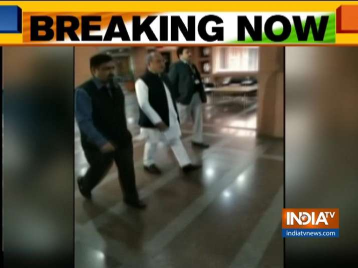संसद में सर्वदलीय बैठक शुरू, पार्टियों को सरकार के कदमों की दी जाएगी जानकारी- India TV
