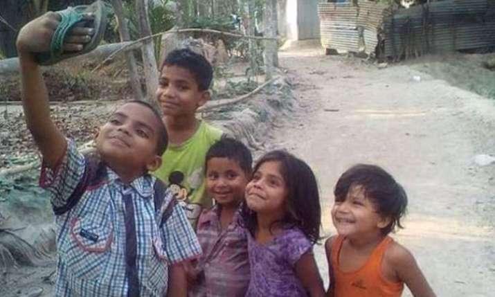 मासूम बच्चों ने ली चप्पल सेल्फी- India TV