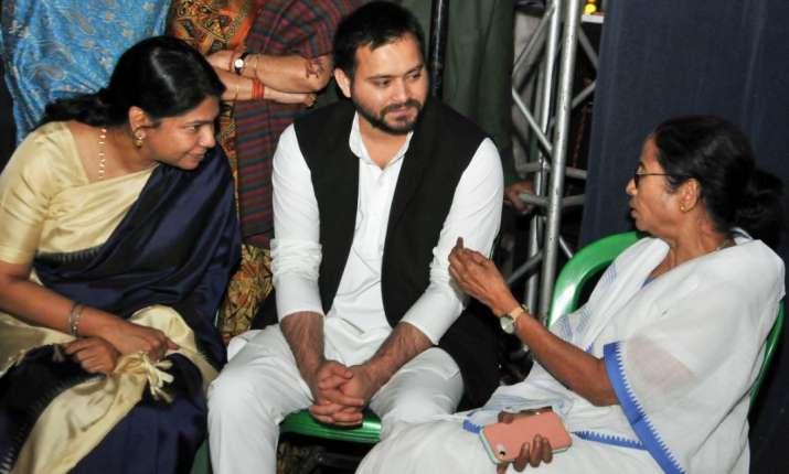 CBI vs Mamata: ममता के साथ विपक्ष, धरना स्थल पर हुई कैबिनेट की बैठक - India TV