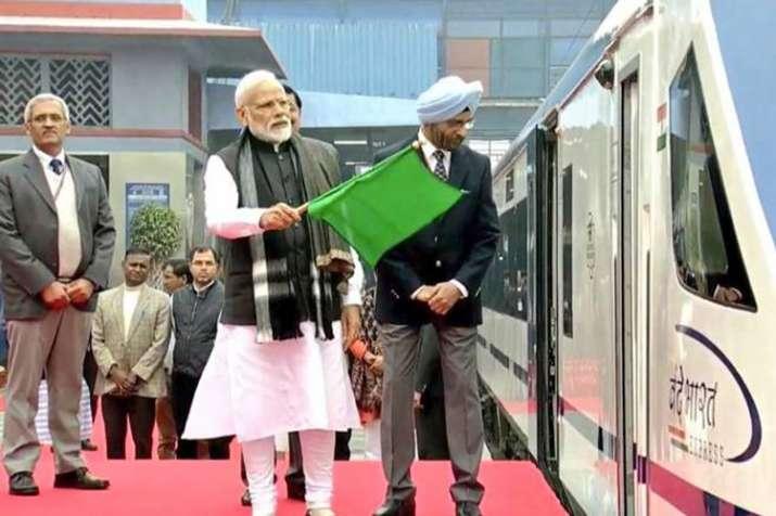 PM मोदी ने भारत की पहली सबसे तेज ट्रेन 'वंदे भारत' को हरी झंडी दिखायी- India TV