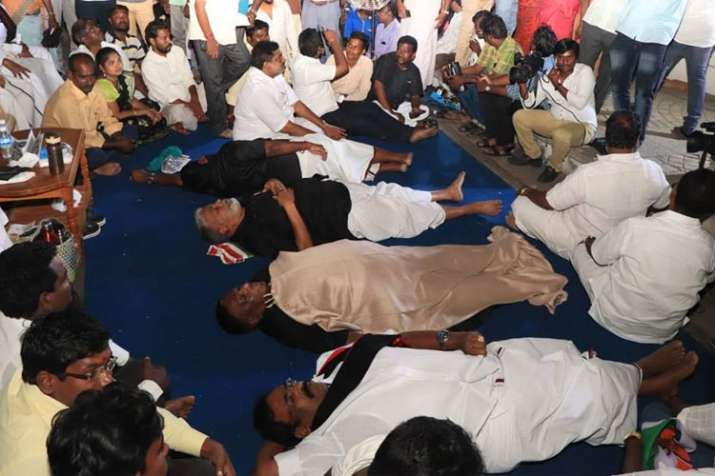 Puducherry CM V Narayanasamy and cabinet colleagues sleep outside LG Kiran Bedi's house protest- India TV
