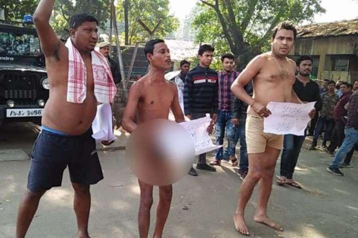 असम में नागरिकता विधेयक के खिलाफ नग्न प्रदर्शन, पुलिस ने प्रदर्शनकारियों को कंबल से ढका- India TV