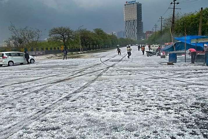 नोएडा में ओले गिरने...- India TV